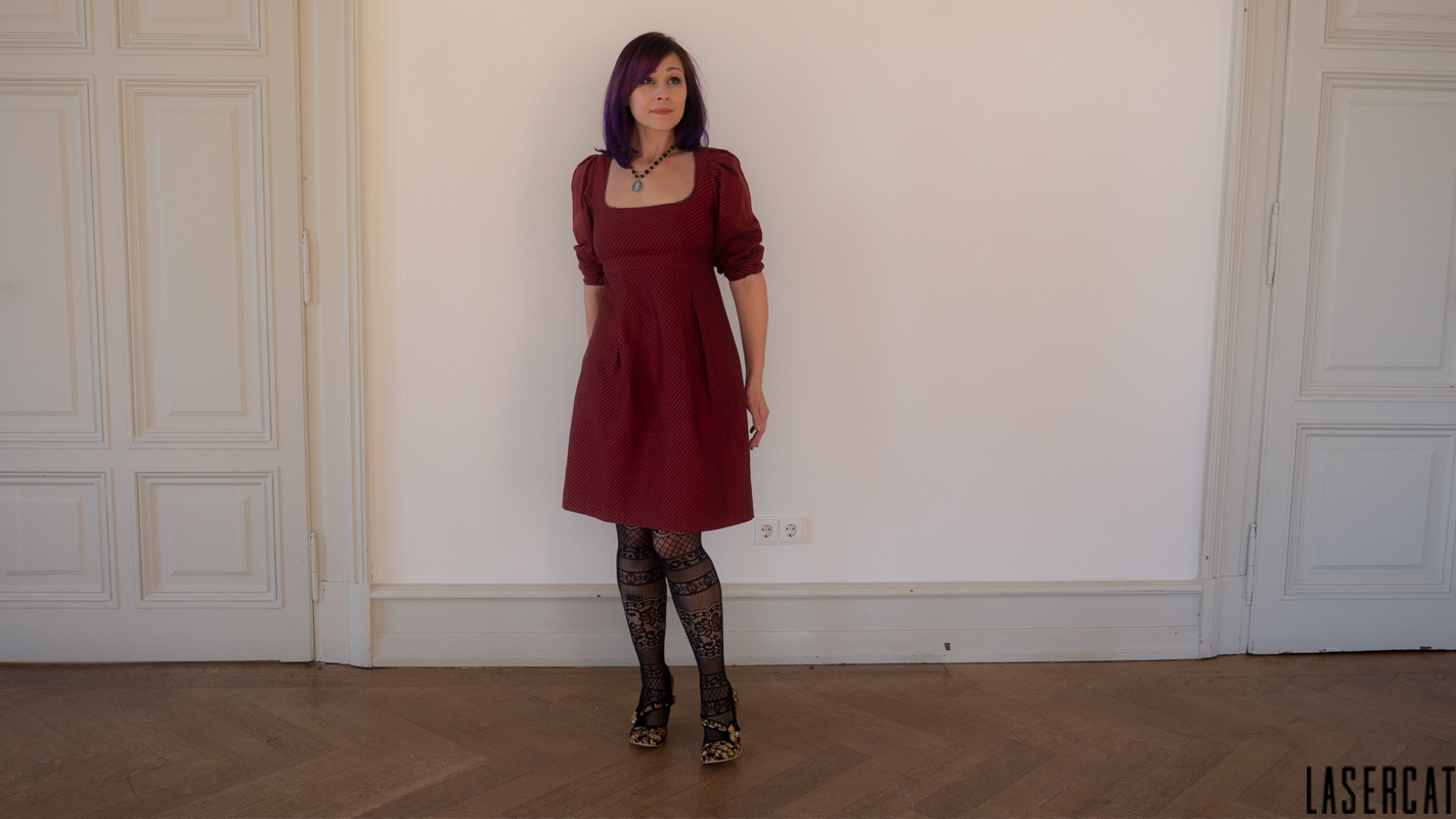 Rot gestreiftes Empirekleid im Look