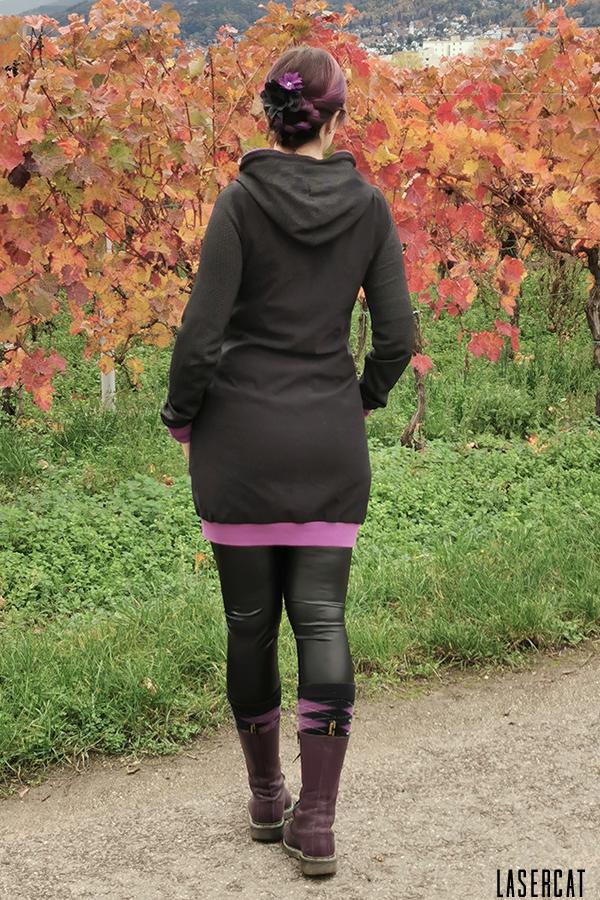 Hoodiekleid in schwarz und lila mit Bündchen