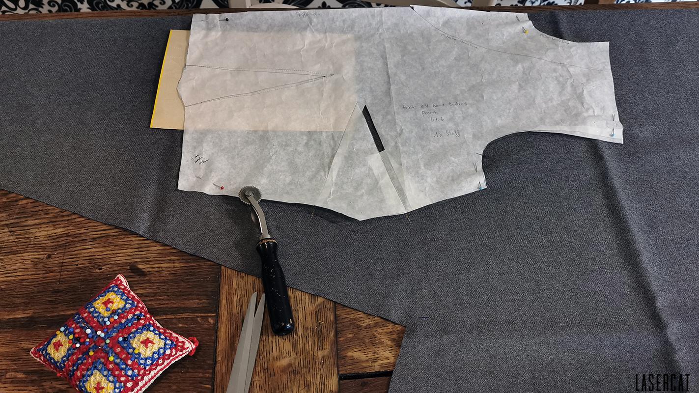 Zuschnitts des Vintage-Kleids aus grauem Wollstoff