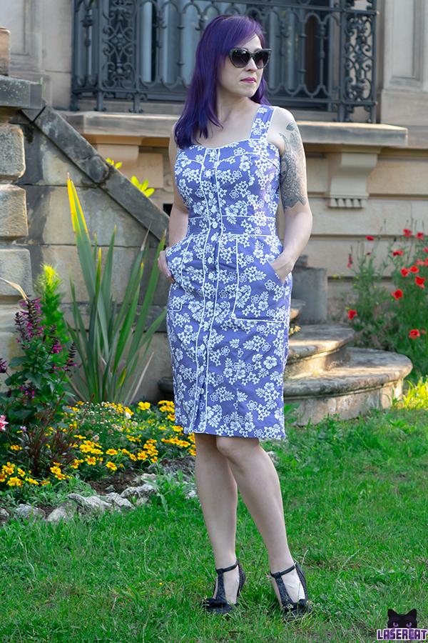 Kleid mit Trägern und Knöpfen