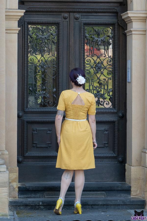 Gelbes Kleid mit weißen Punkten