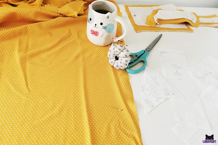 Material zum Zuschneiden des gelben Kleids